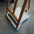 Easel mounted on skid with tray - Caballete montado sobre la plataforma deslizante con bandeja